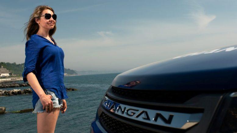 девушка около машины чанган