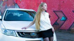 девушка около машины джили